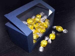 Cutii cu fereastra pentru bomboane preambalate cutii cu fereastra bomboane preambalate Cutii cu fereastra bomboane preambalate cutii carton albastru bomboane 1013 1 300x225