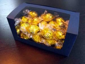 Cutii cu fereastra pentru bomboane preambalate cutii cu fereastra bomboane preambalate Cutii cu fereastra bomboane preambalate cutii carton albastru bomboane 1013 3 300x225