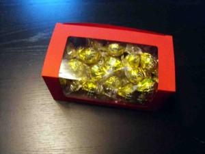 Cutii cu fereastra pentru bomboane cutii cu fereastra bomboane preambalate Cutii cu fereastra bomboane preambalate cutii carton colorat pentru bomboane 966 4 300x225