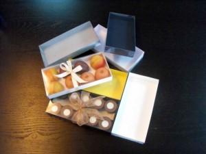 Cutii din carton cu capac pentru 10 praline sau pentru alte bomboane. Cutiile le putem personaliza, la cerere cu sigla clientului, cu funde sau alte accesorii.