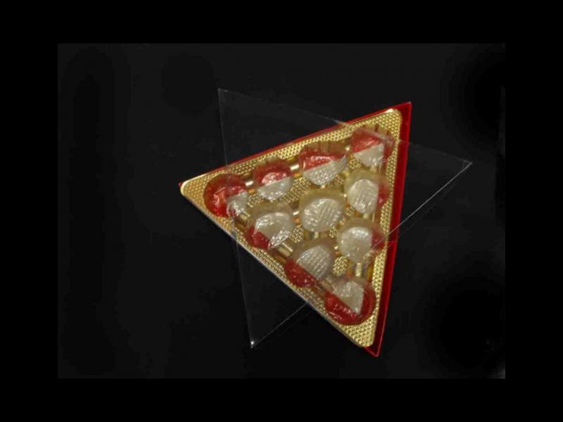 Cutii forma triunghi bomboane cutii forma triunghi bomboane Cutii forma triunghi bomboane cutie plastic cu chesa aurie in forma de triunghi 682 1