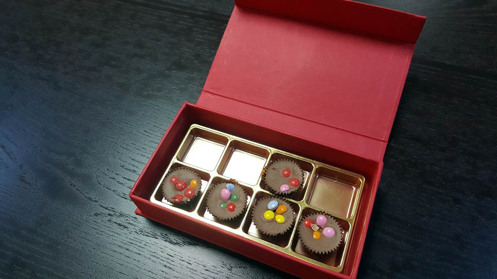 cutie rigida cu magnet pentru praline Cutie rigida cu magnet pentru praline / bomboane Cutie rigida pentru praline cu magnet 10 1024x576