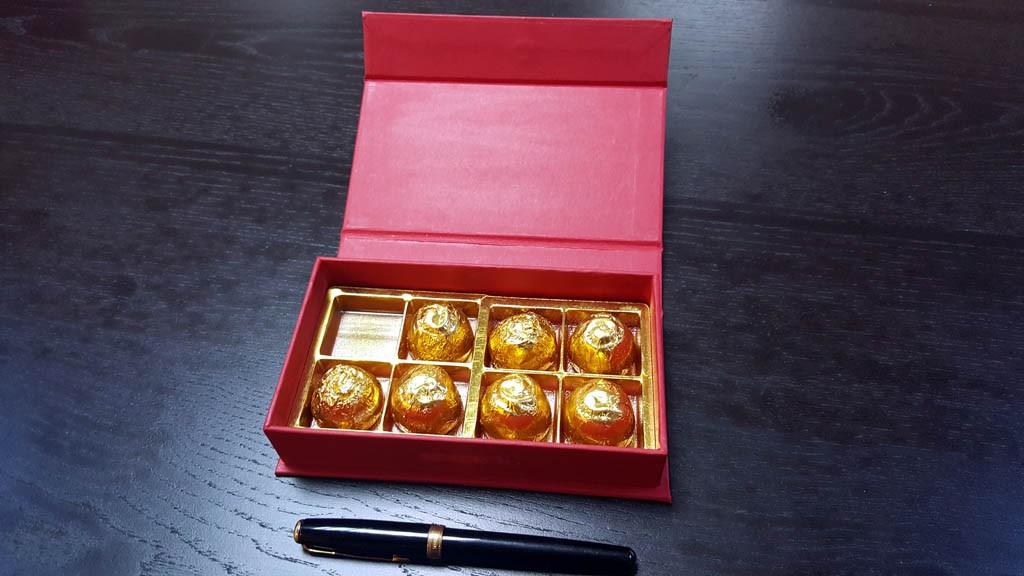 cutie rigida cu magnet pentru praline Cutie rigida cu magnet pentru praline / bomboane Cutie rigida pentru praline cu magnet 12 1024x576