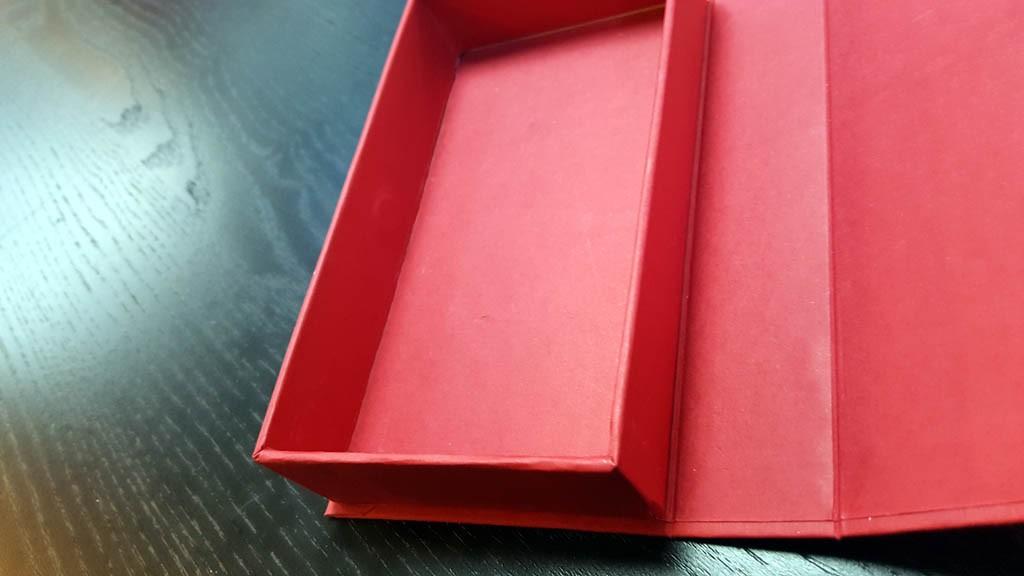 cutie rigida cu magnet pentru praline Cutie rigida cu magnet pentru praline / bomboane Cutie rigida pentru praline cu magnet 3 1024x576