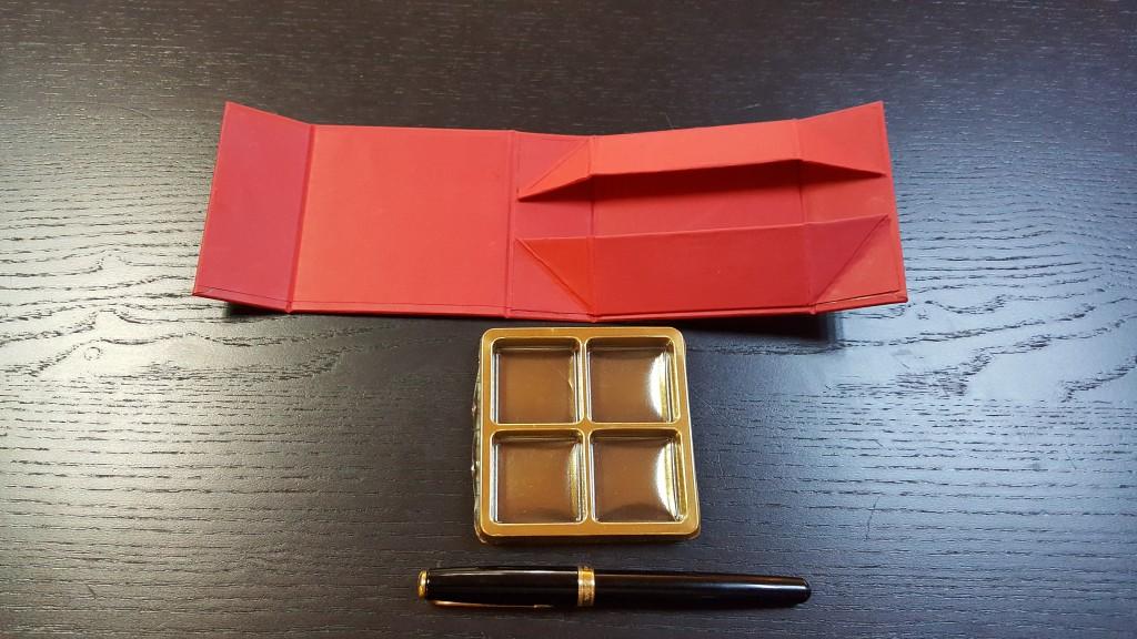 cutie rigida Cutie rigida cu magnet pentru 4 praline sau bomboane Cutie rigida cu magnet pentru 4 praline bomboane 4 1024x576