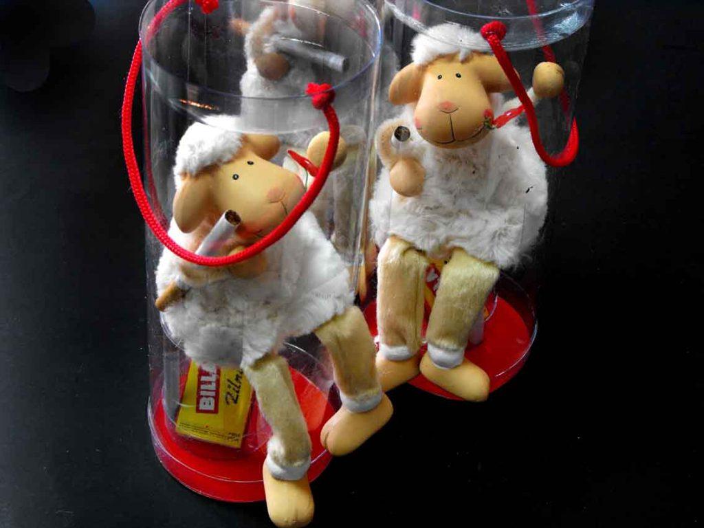 cutie cilindrica cu niste oi fumatoare