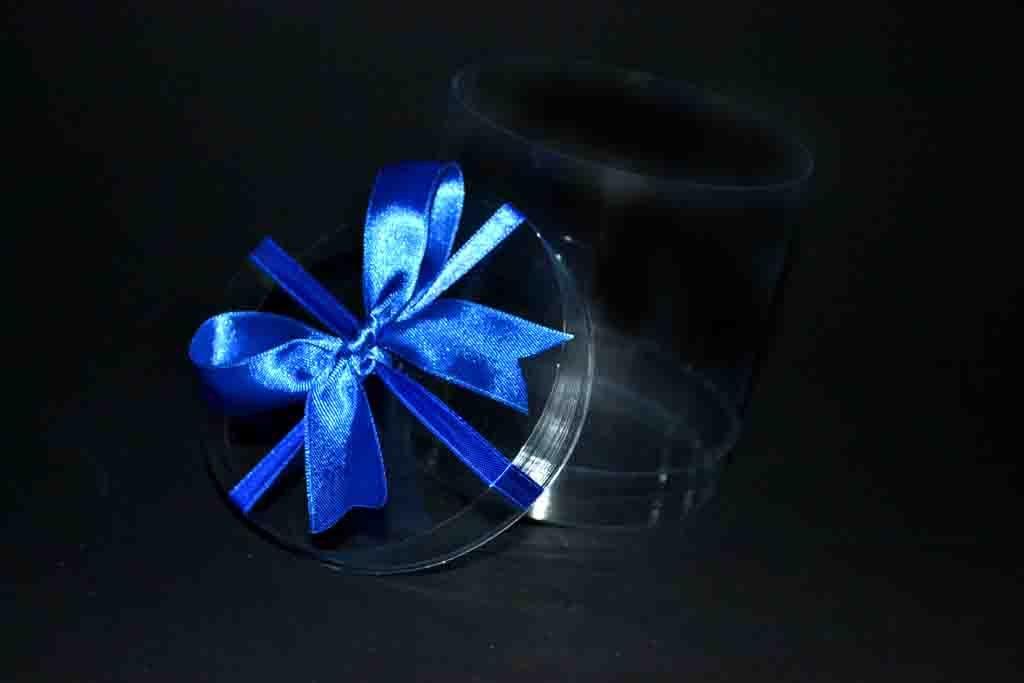cutie rotunda cu funda albastra